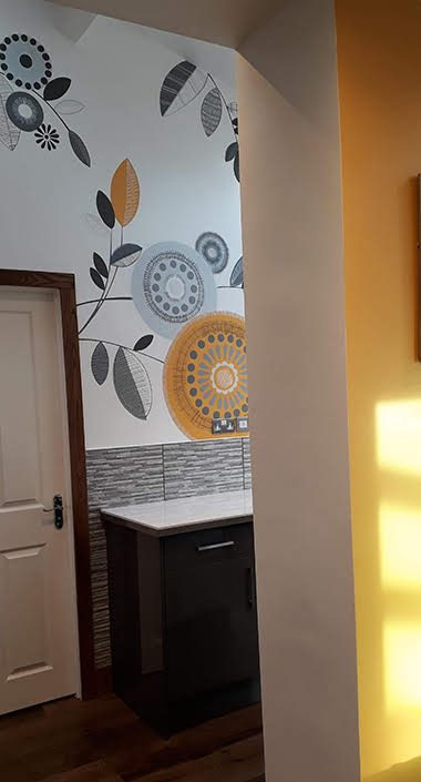 retro-floral-kitchen-wall-mural-yellow-grey-roomview